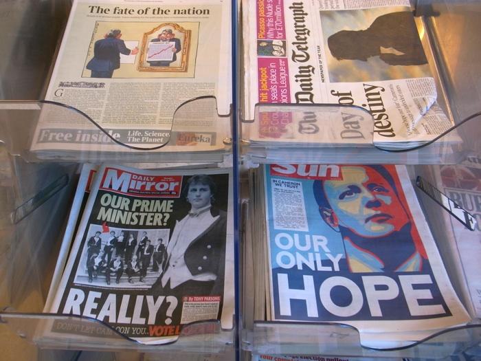 今日の新聞スタンド。左下の「デイリー・ミラー」が日刊ゲンダイ、 右下の有名な「ザ・サン」は英国で最も売れている日刊紙で保守党支持。