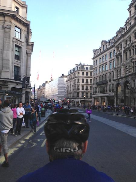 ロンドンのRaphaカフェに向かうため、リージェントストリートを南下中にパチリ。iPhoneを持った腕を上にめいっぱい伸ばして撮ったもので、わたしにはこんな景色は見えておりません。