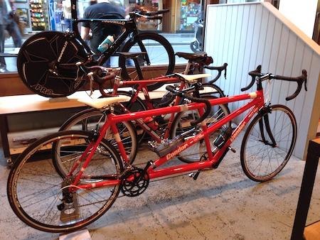 Raphaカフェで。後ろのバイクとくらべると、ホイールベースの長さが目につきます。あと、サドルをそれぞれお気に入りのものに交換しました。ドミニクはカーボンの何か高級なヤツ(今度聞いておきます)。わたしはアリオネ。やっぱり座り慣れているサドルはホッとします!