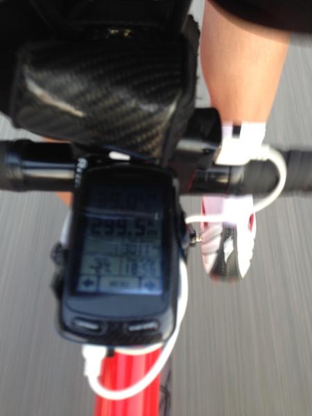 脚とお尻の痛みで景色どころではなくなり、フルームよろしくステムを見つめ、km表示の小数点以下第1位の数字を睨んでいた後半。これはもうすぐ300kmのところ。