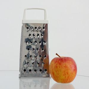 リンゴはチーズおろし器の粗目がぴったり。ざくざくやります。